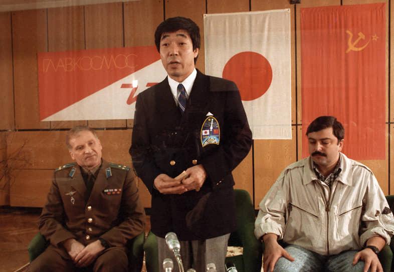 <b>Тоехиро Акияма, Япония</b><br> Совершил полет 2 декабря 1990 года на корабле «Союз ТМ-11» в качестве космонавта-исследователя. Первый японец и журналист, побывавший в космосе. Телерадиокорпорация Tokyo Broadcasting System заплатила, по разным оценкам, от $30 млн до $40 млн за отправку своего сотрудника в космос. В 1995 году ушел из журналистики, купив ферму в Фукусиме. Вынужден был уехать оттуда в 2011 году из-за катастрофы на АЭС