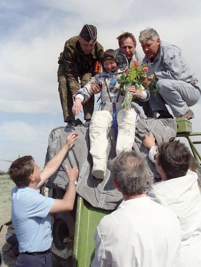 <b>Хелен Шармен, Великобритания</b><br> 18 мая 1991 года совершила полет на орбитальную станцию «Мир» на космическом корабле «Союз ТМ-12. До этого работала химиком-технологом на кондитерской фабрике компании «Марс». С 2011 году работала в Национальной физической лаборатории, с 2015 года— на кафедре химии в Имперском колледже Лондона. Опубликовала автобиографию под названием «Лови момент»