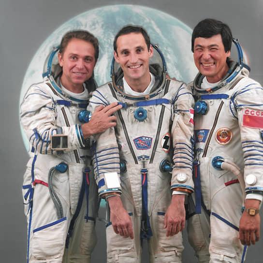 <b>Франц Фибек (Австрия, в центре) и Токтар Аубакиров (Казахстан, справа)</b><br> 2 октября 1991 года состоялся последний пилотируемый космический полет советской программы, на котором на орбиту отправились первый австрийский и первый казахский космонавты. Господин Аубакиров впоследствии избирался в парламент Казахстана, был помощником президента по освоению космоса. Франц Фибек позже мечтал снова полететь в космос, но не прошел отбор