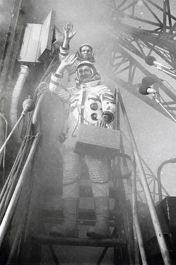 <b>Владимир Ремек (внизу), Чехословакия</b><br> Совершил полет 2 марта 1978 года на космическом корабле «Союз-28». Был 87-м по счету космонавтом и первым, не являющимся гражданином СССР или США. Впоследствии стал политиком, являлся депутатом Европарламента, а также послом Чехии в России (2014-2018)