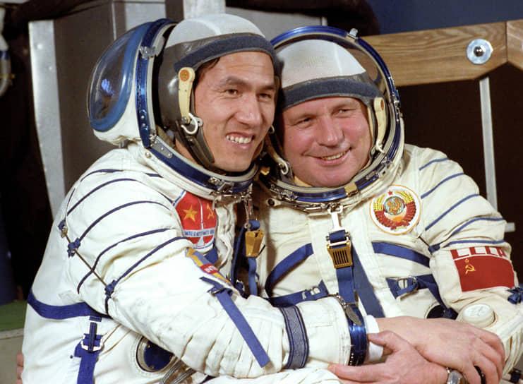 <b>Фам Туан (слева), Вьетнам</b><br> Был отобран для участия в советской программе «Интеркосмос». В июле 1980 года участвовал в полете на борту кораблей «Союз-37», «Союз-36» и орбитальной станции «Салют-6». Имеет звание Героя Советского Союза. Позже служил в ВВС, возглавлял Главное управление оборонной промышленности Минобороны Вьетнама, в 2002 году стал председателем Военно-коммерческого акционерного банка. С 2008 года на пенсии
