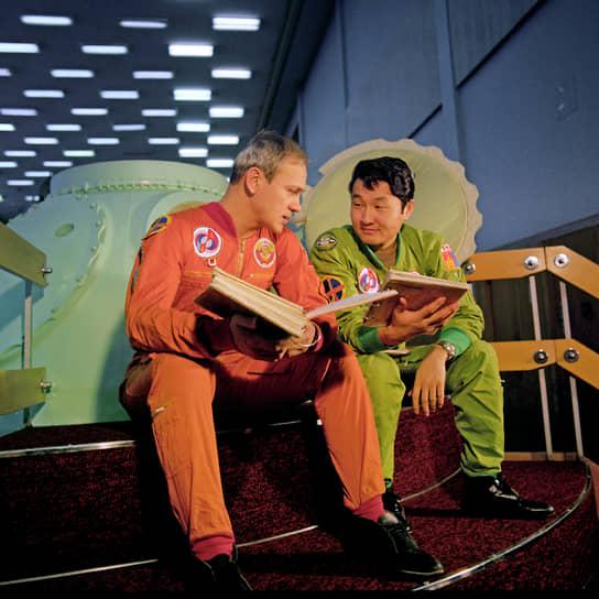 <b>Жугдэрдэмидийн Гуррагча, Монголия</b><br> Совершил полет 22 марта 1981 года в качестве космонавта-исследователя на корабле «Союз-39». После возвращения являлся одним из руководителей национальной космической программы. В 2000—2004 годах был министром обороны Монголии. В настоящее время— руководитель Астропарка, входящего в состав Института астрономии и геофизики Монголии