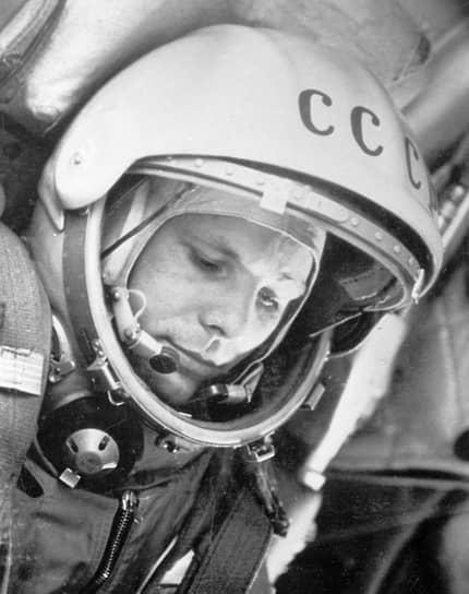 <b>Юрий Гагарин, СССР</b><br>Первый человек в космосе. Совершил полет 12 апреля 1961 года на корабле «Восток-1». После возвращения стал мировой знаменитостью, посетил около 30 стран мира. Участвовал в подготовке советской лунной программы. Погиб 27 марта 1968 года в авиакатастрофе во время тренировочного полета на самолете МиГ-15УТИ
