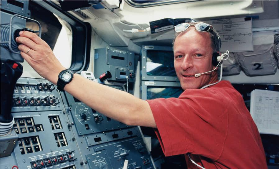 <b>Клод Николье, Швейцария</b><br> Первый и единственный швейцарец, побывавший в космосе. Совершил первый полет 31 июля 1992 года на борту шаттла «Атлантис», после этого побывал в космосе еще три раза. Во время четвертого полета вышел в открытый космос. Сейчас занимается преподавательской и научной деятельностью