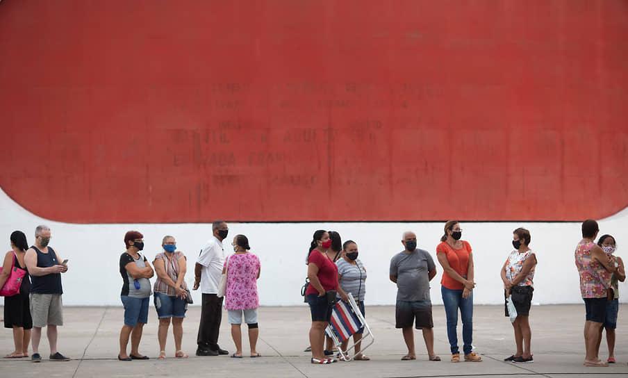 Дуки-ди-Кашиас, Бразилия. Люди стоят в очереди за вакциной от коронавируса