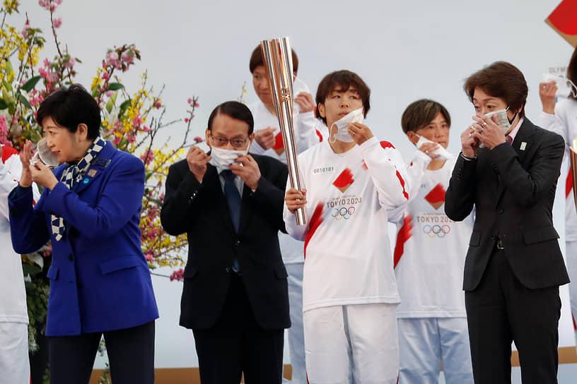 Нараха, Япония. Губернатор Токио Юрико Койке (крайняя слева) и председатель оргкомитета «Токио-2020» Сэйко Хасимото (крайняя справа) на церемонии старта эстафеты олимпийского огня