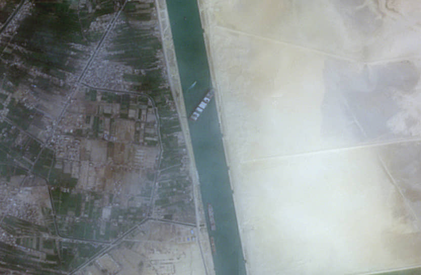400-метровое судно, следовавшее в Роттердам, встало поперек канала и село на мель, перекрыв канал практически полностью