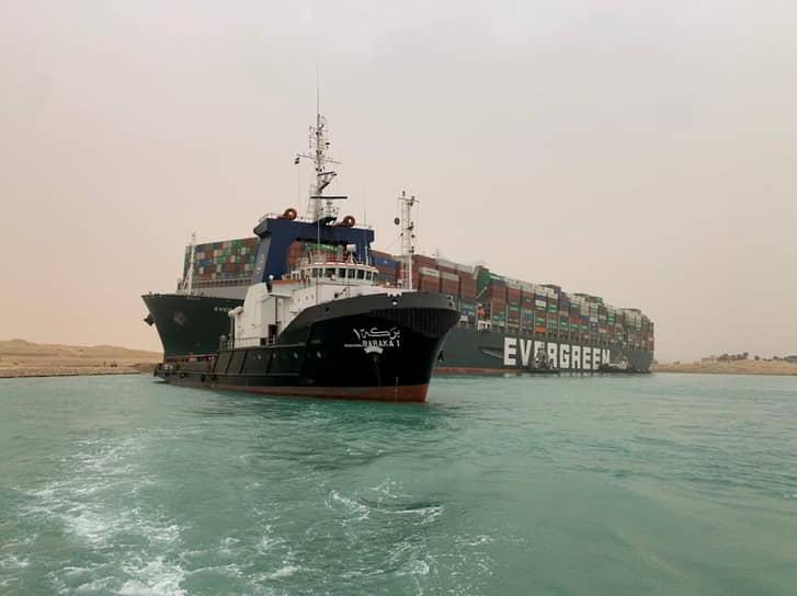 Над высвобождением гигантского судна работали 13 буксиров, велись земляные работы на берегу, однако мешала масса судна