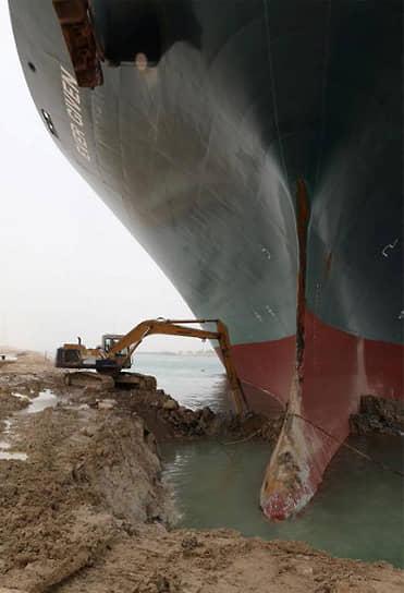 Компания, участвовавшая в снятии судна с мели, сообщила, что для спуска на воду 224-тысячетонного контейнеровоза было извлечено около 30 тыс. куб. м песка