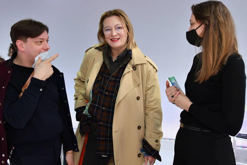 Журналист Мария Федорова (в центре) во время показа TSUM fasion show SS21 в ЦУМе