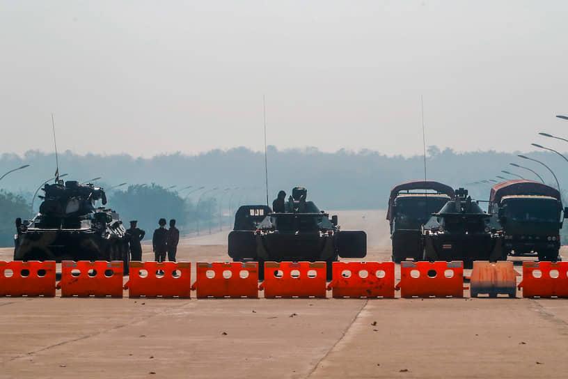 1 февраля в Мьянме обострился политический кризис, возникший после парламентских выборов, состоявшихся в ноябре 2020 года <br> На фото: военные заблокировали дорогу к парламенту страны