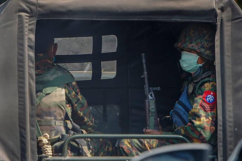Вооруженные силы Мьянмы объявили чрезвычайное положение сроком на год и передали власть в стране главнокомандующему Мин Аунг Хлайну