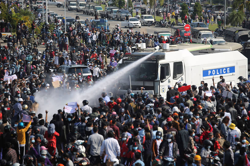 В стране начались массовые акции протеста против переворота, сначала военные применяли для разгона демонстраций водометы, слезоточивый газ и резиновые пули