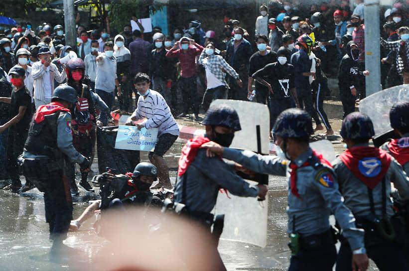 Новые власти заявили, что проведут новые демократические выборы в стране