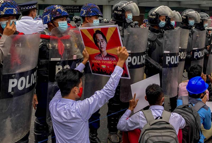 В двух районах на западе Янгона, крупнейшего города Мьянмы, объявлено военное положение в связи с протестами против смены власти