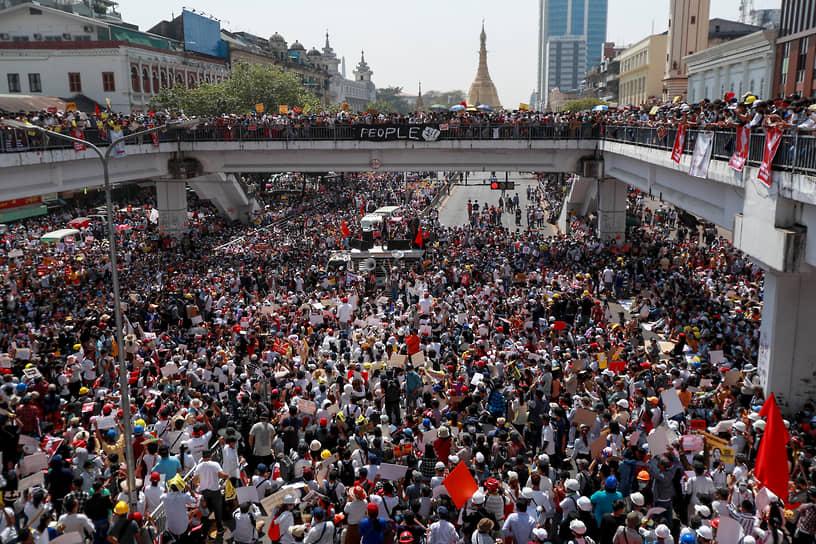 На фоне протестов в стране начались перебои с интернетом, заблокировали некоторые соцсети, «Википедию» и ограничили работу СМИ