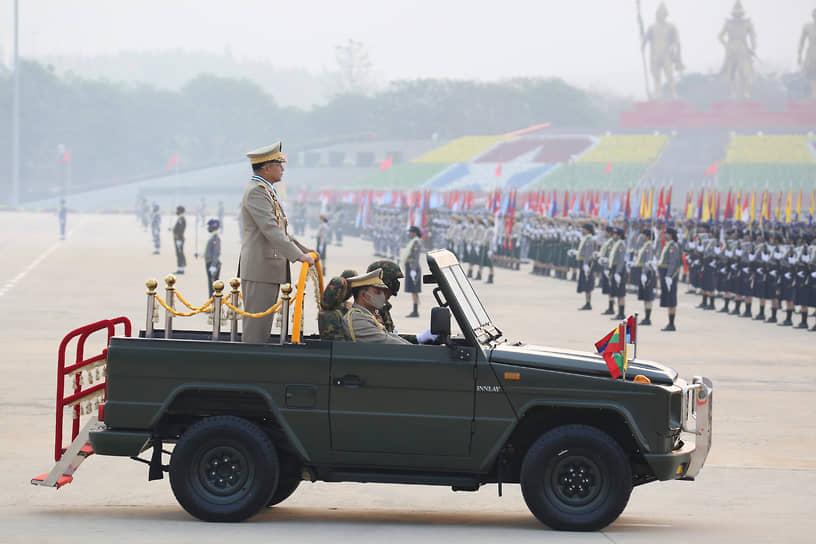 Генерал Мин Аунг Хлайну во время военного парада в Нейпьидо