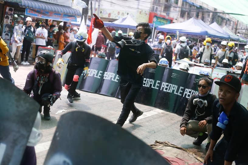 В марте военные начали стрелять на поражение по протестующим, за один день погибли свыше 30 человек