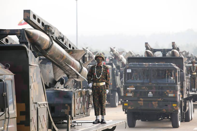 Военнослужащие в Нейпьидо участвуют в параде по случаю Дня вооруженных сил  27 марта