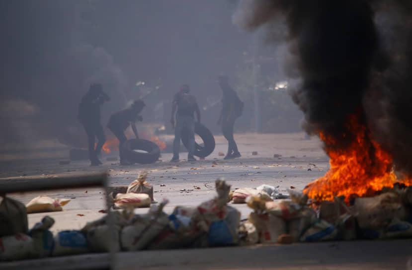 Демонстранты во время акции протеста в Янгоне