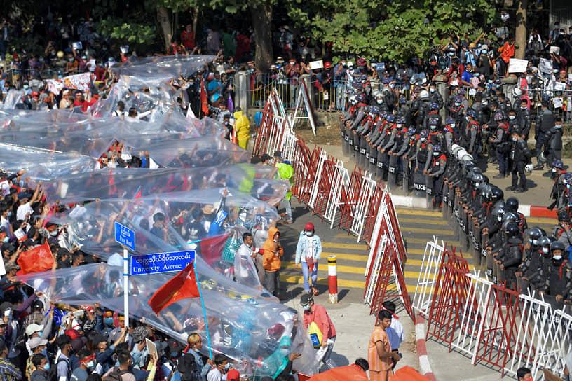 Генерал Мин Аунг Хлайну призвал митингующих руководствоваться «реальными фактами, а не эмоциями» и вернуться к нормальной жизни