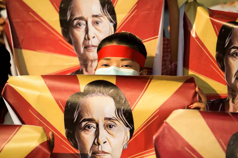 Начальники генштабов 12 стран выступили с совместным заявлением, в котором осудили применение силы против демонстрантов военными Мьянмы. Заявление подписали начальники генштабов Австралии, Канады, Германии, Греции, Италии, Японии, Дании, Нидерландов, Новой Зеландии, Республики Корея, Великобритании и США