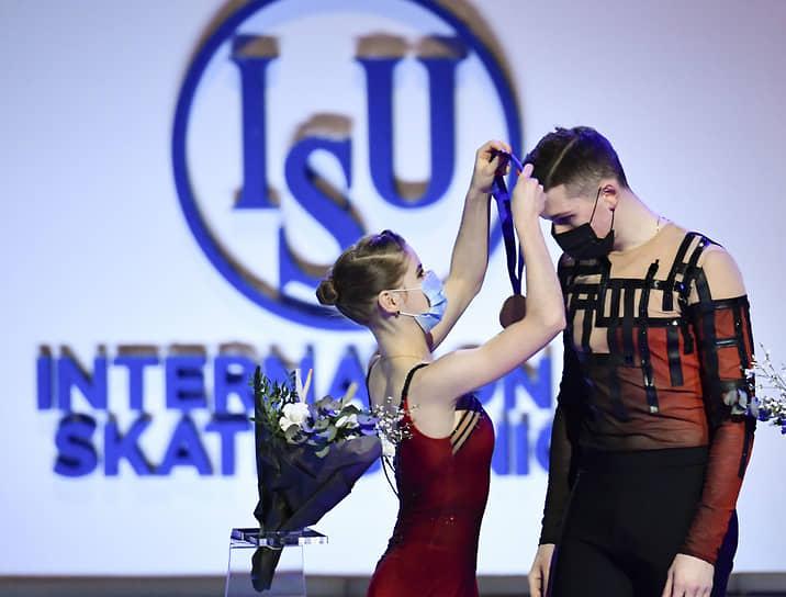 Россияне Анастасия Мишина и Александр Галлямов заняли 1-е место в спортивных парах
