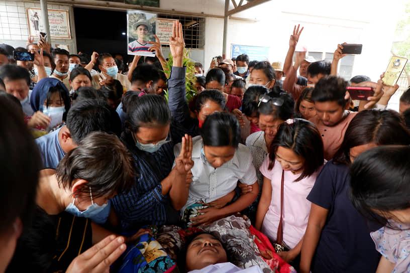 Местные жители прощаются с погибшим участником протеста в Мандалае