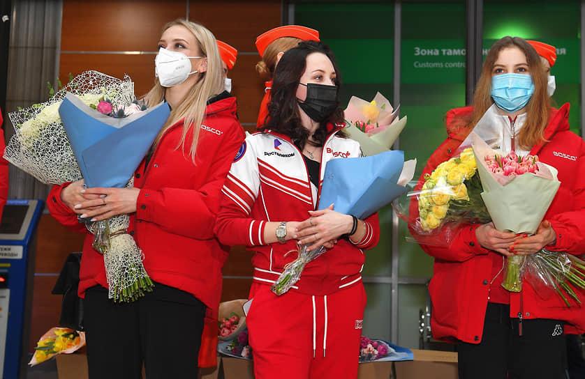 Слева направо: фигуристки Виктория Синицина, Елизавета Туктамышева и Анастасия Мишина во время встречи сборной России в Шереметьево