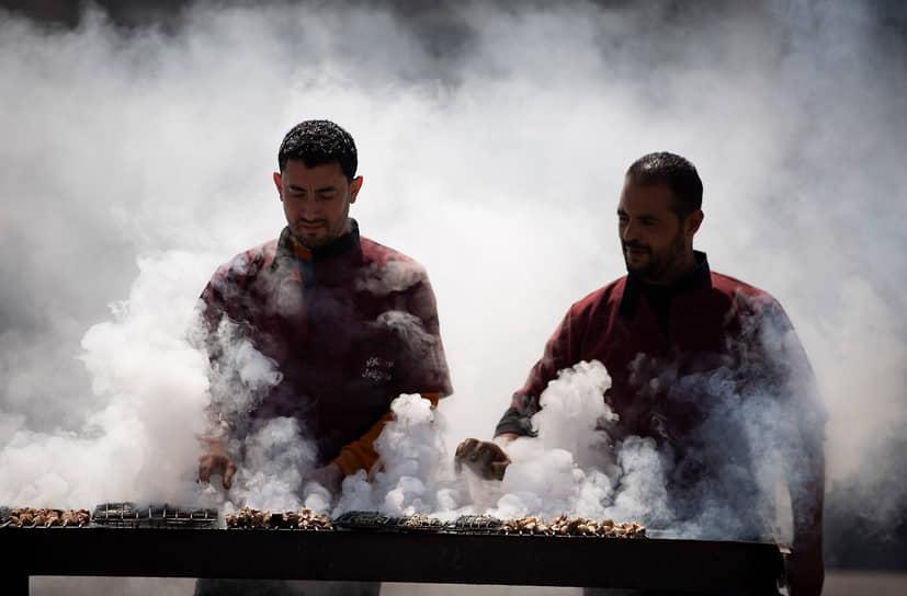 Дэйр Шараф, Палестина. Уличные продавцы жареного мяса
