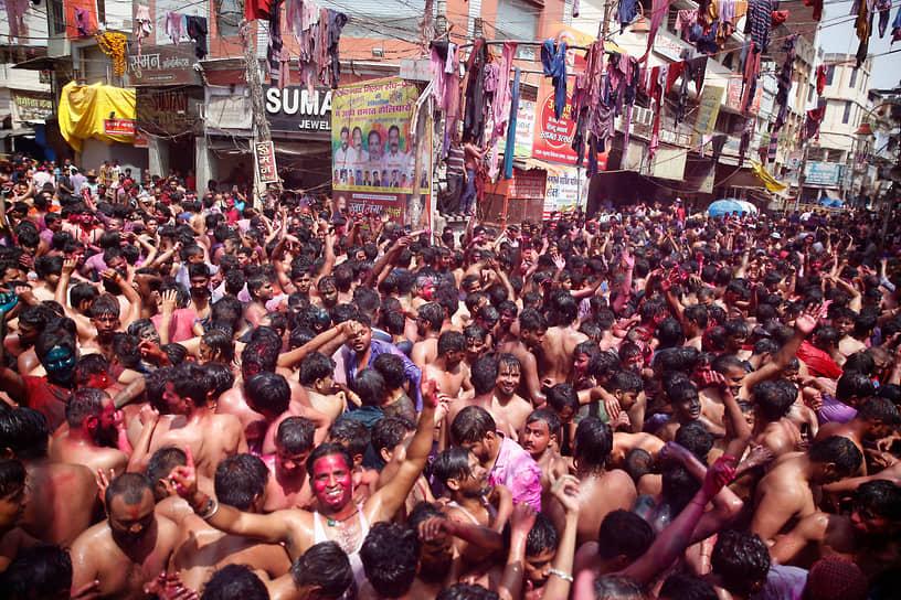 Аллахабад, Индия. Местные жители отмечают фестиваль красок Холи