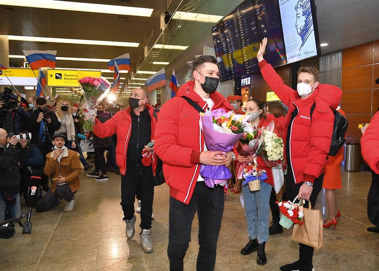 Слева направо: тренер по фигурному катанию Александр Жулин, фигуристы Александр Галлямов и Дмитрий Козловский