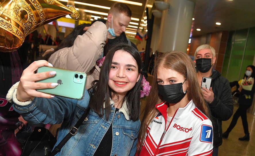 Александра Трусова (справа)