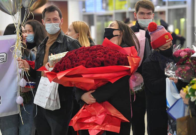 Болельщики с цветами в Шереметьево