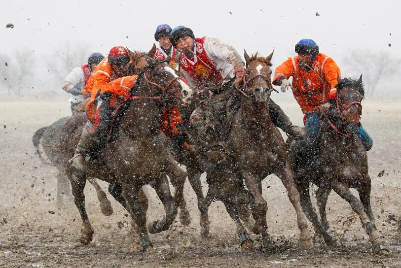 Сокулук, Киргизия. Участники соревнований по кок-бору бьются за тушу обезглавленного козла, которую нужно забросить в ворота противника