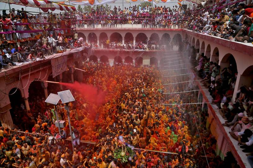 Матхура, Индия. Местные жители в храме отмечают индуистский праздник Хуранга
