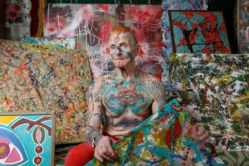 Екатеринбург, Россия. 74-летний пенсионер позирует фотографу у себя дома