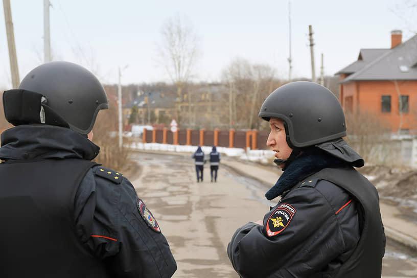 Сообщения о взрывах и выстрелах около дома появились в районе часа дня 30 марта