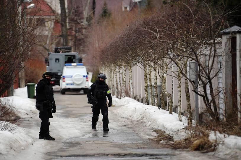 Штурм дома начался после того, как мужчина открыл стрельбу по полицейским. Подозреваемый Владимир Барданов ранее был судим за мошенничество, потом занимался бизнесом — владел парой охранных предприятий и автосервисом, которые были закрыты несколько лет назад