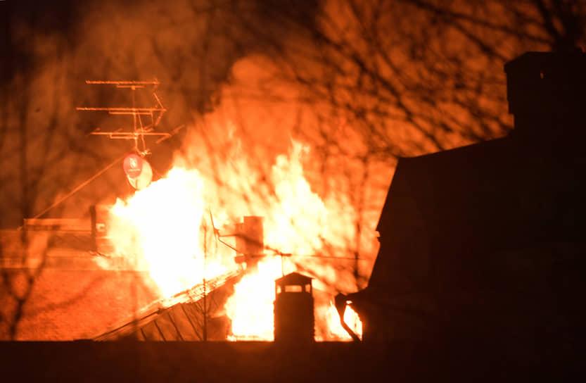 Пожар охватил здание полностью