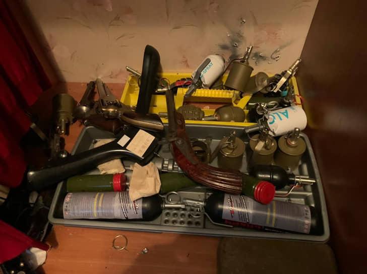 Были найдены сотни упаковок патронов различных калибров, гранаты