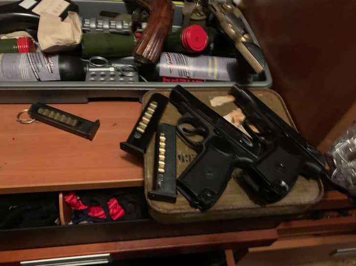 Среди найденного оружия оказались три автомата Калашникова, ручной пулемет Калашникова, раритетный ППС-43 и пистолет ТТ