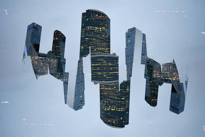 30 марта. Москва, Россия. Отражение в стекле делового центра «Москва-Сити»