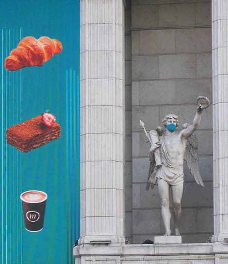 28 марта. Санкт-Петербург. Скульптура в защитной маске, украшающая фасад ТРЦ «Галерея»