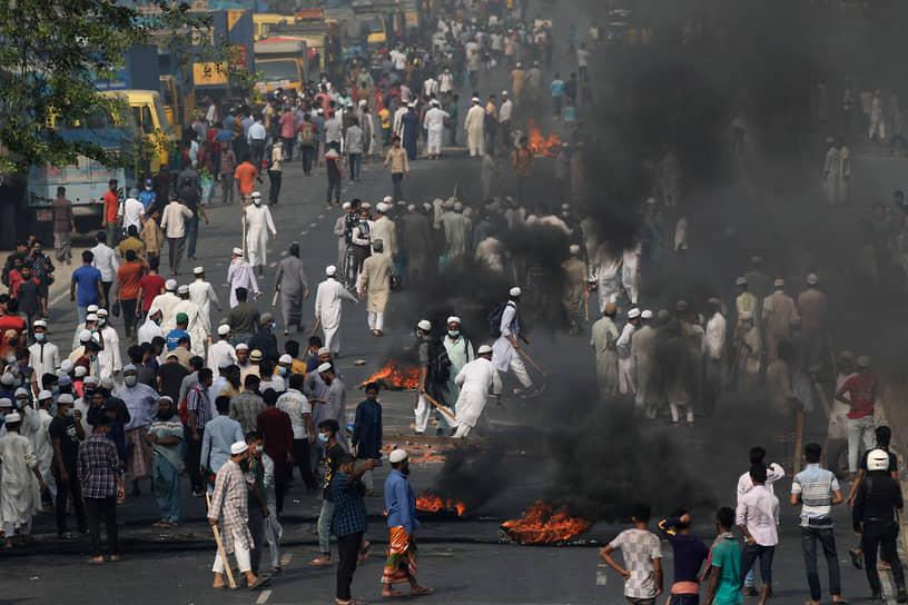 В том же месяце беспорядки начались в Бангладеш из-за визита в страну премьер-министра Индии Нарендры Моди. В городе Читтагонг во время столкновений с полицией были убиты четыре человека. Исламисты обвиняли премьера в притеснениях индийских мусульман