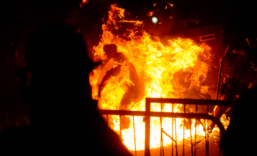 В июле 2013 года визит папы римского спровоцировал массовые беспорядки в Бразилии. Недовольство демонстрантов было вызвано большими расходами на визит папы, который стал первым для Франциска на посту главы Римско-католической церкви. Столкновения в Рио-де-Жанейро начались сразу после речи понтифика, протестующие забросали полицейских «коктейлями Молотова»