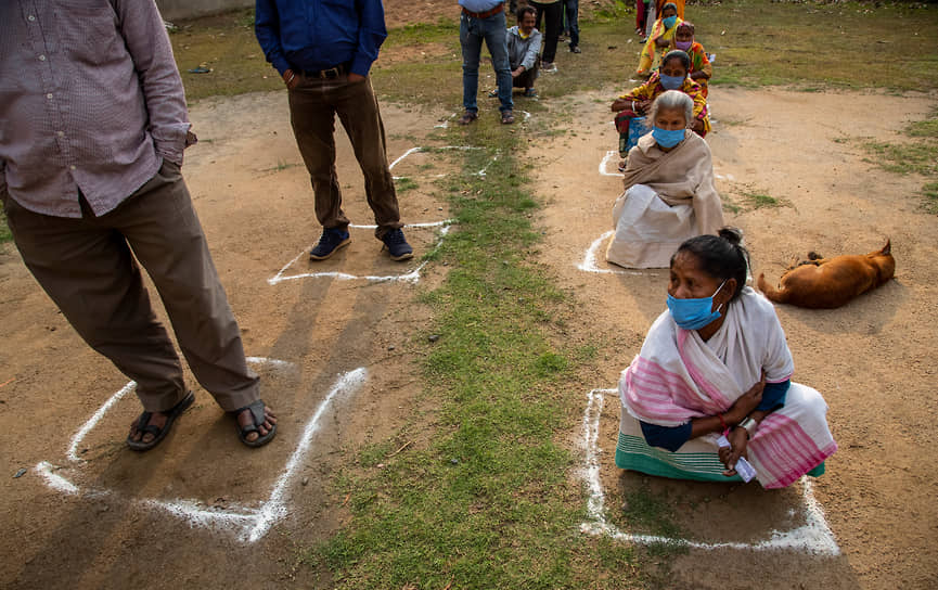 Ассам, Индия. Избиратели в очереди во время выборов