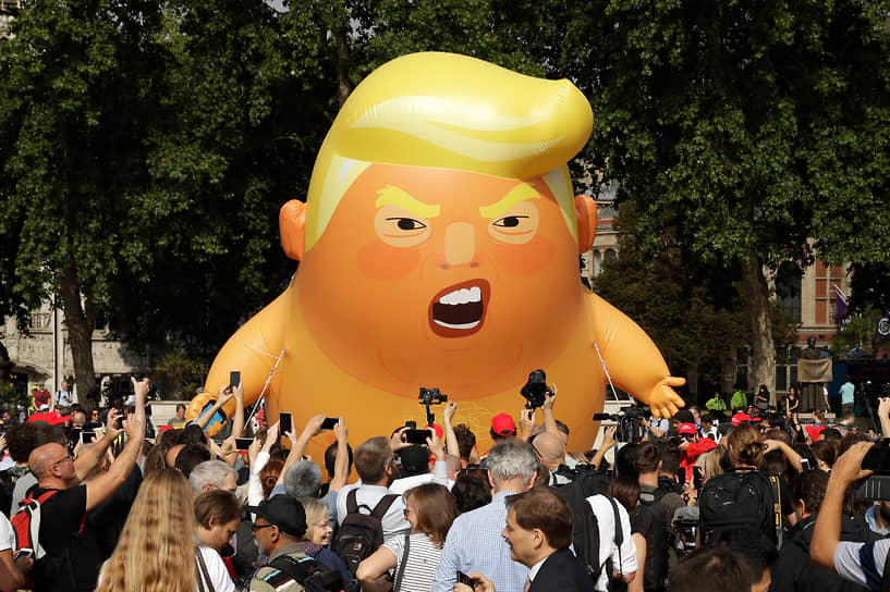 В июле 2018 года десятки тысяч людей в Великобритании вышли на акции протеста из-за визита Дональда Трампа. На митинге в Лондоне был запущен шестиметровый надувной шар, изображающий президента США в подгузнике. Визит господина Трампа в Великобританию в 2019 году вновь сопровождался массовыми акциями и запуском надувного шара