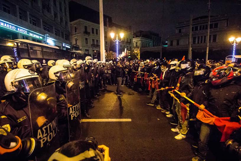 В ноябре 2016 года беспорядки в Афинах вспыхнули во время визита Барака Обамы. Протестующие левые были недовольны тем, что президент США приехал в Грецию за два дня до годовщины подавления в 1973 году студенческого восстания военной хунтой, которую поддерживал Вашингтон. На акции были видны плакаты с надписями «Нам не нужны защитники» и «Янки, убирайтесь домой!»
