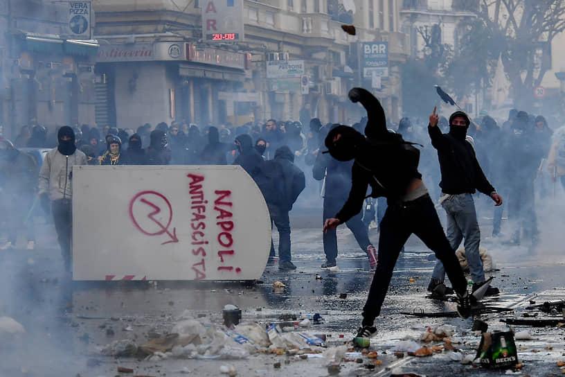 В марте 2017 года в Неаполе массовыми беспорядками закончился визит лидера итальянской партии «Лига Севера» Маттео Сальвини, известного скандальными высказываниями в адрес мигрантов. После применения полицией спецспредств пострадали десятки человек